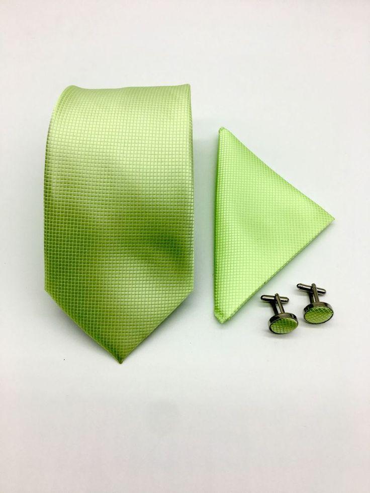 Acest set verde compus din cravata, batista si butoni camasa este perfect pentru sezonul cald, mai ales pentru zilele de primavara, cand natura revine la viata.   Accesoriile pentru miri adauga un strop de culoare tinutei tale de nunta.   Acestea pot fi purtate impreuna cu un...