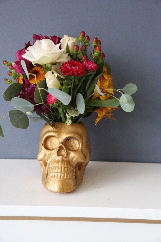 Questo è un teschio di calcestruzzo titolare fioriera/candela ed è perfetto per laggiunta di qualche divertimento pulito, chic alla vostra decorazione di halloween (o tutto lanno)! Il cranio è di circa 6,5 x 6.5x 7.5.