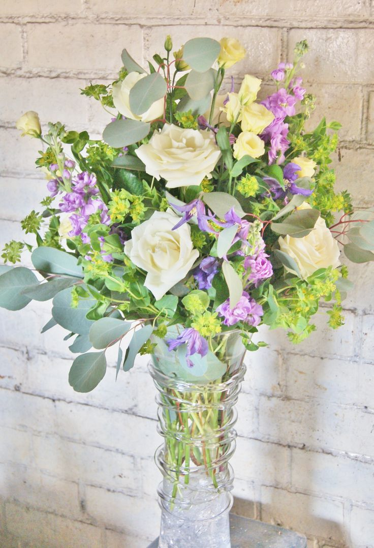 Florissimo, Shropshire. Naturalistic and elegant corporate floral display for a health club reception desk.