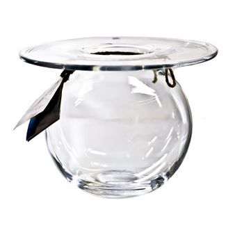 The popular Boblen vase clear is designed by the well-known florist and television personality Finn Schjøll for Magnor, and is the greatest vase success yet! The vase is made of high quality glass and has a timeless design with a beautiful round shape and flat top, which makes it suitable for almost any flowers! Available in different sizes.