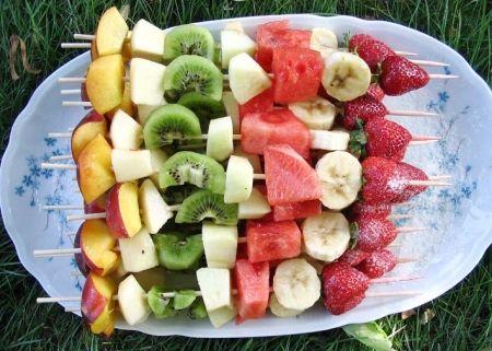 Recette brochettes de fruits frais par Nathalie : Dessert léger, frais et plein de vitamines, idéal après un barbecue..Ingrédients : sucre, pastèque, poire, pomme, banane