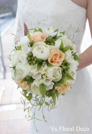 白グリーンにクリーム色を挿し色にしたラウンドブーケ フリージアも少し 軽井沢石の教会挙式の新婦さんへ
