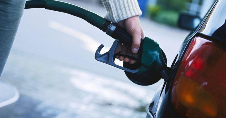 Cómo cambiar los filtros de combustible en mi Ford Superduty. Cambiar el filtro de combustible en tu vehículo es una parte de la programación de un buen mantenimiento, pero la mayoría no lo hace. En el motor Ford 6.0 l Superduty Diesel en el F-250, es importante cambiar regularmente los filtros, o puedes tener un problema de falta de combustible.