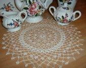 Centro all'uncinetto con piccoli fiori decorativi realizzato a mano in puro cotone : Accessori casa di i-pizzi-di-anto