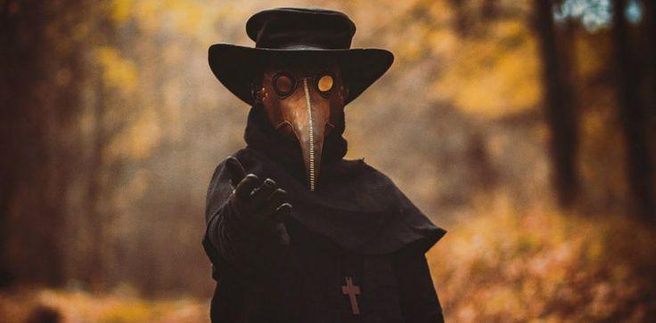 Groteske Arbeitskleidung der Pestärzte: Ein luftundurchlässiges Ledergewand mit schnabelartiger Maske. In dem Schnabel befanden sich mit Essig getränkte Schwämme und geruchsintensive Kräuter, die die eingeatmete Luft filtern sollten. Auf den Masken befanden sich Glasaugen, zudem trugen die Ärzte Handschuhe.