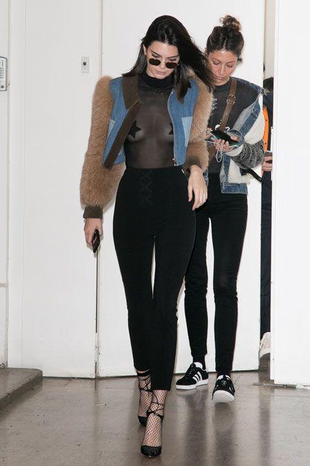 У природы нет плохой погоды: Кендалл Дженнер гуляет по Парижу в прозрачной блузке