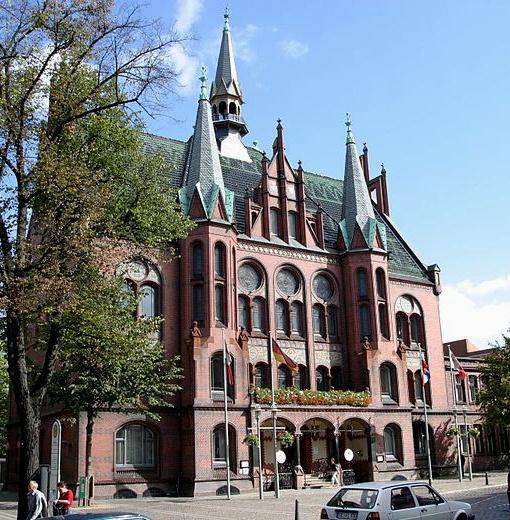 #Rathaus in Neumünster, Schleswig-Holstein; Übernachtungen zu Ostern ab 88€/Nacht/Zimmer; Foto: Andreas Geick, Lizenz: CC-BY-SA-3.0 (http://creativecommons.org/licenses/by-sa/3.0/), Buchung: http://www.easyvoyage.de/hotels/neumuenster/best-western-hotel-prisma-27975