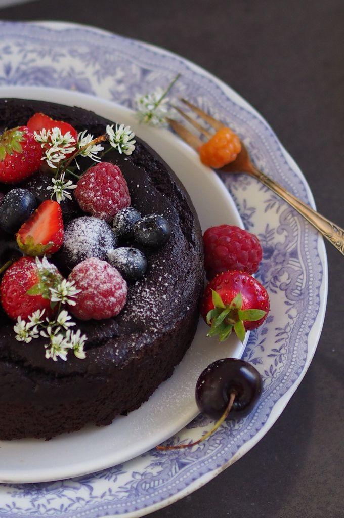Nutfree, glutenfree and grainfree banana chocolate cake from my SuperLemon blog. // Pähkinätön ja viljaton banaanisuklaakakku / Karita Tykkä