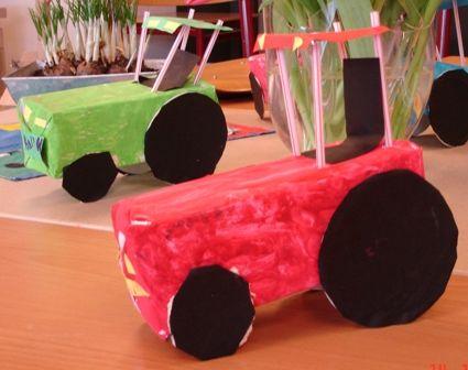 Tractor gemaakt van een melkpak, bierviltjes, rietjes en knutselkarton.