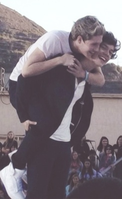 One of the cutest things I have ever seen. who needs to worry about haylor drama when we still have narry? :P haha