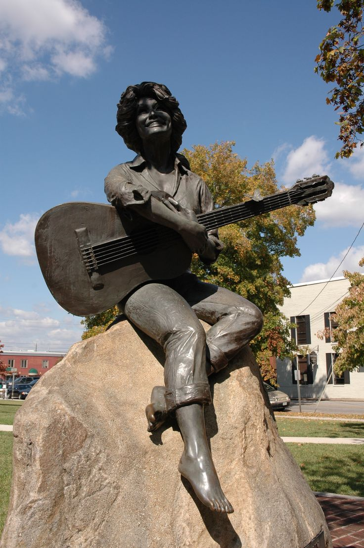 Dolly Parton statue in Sevierville, TN
