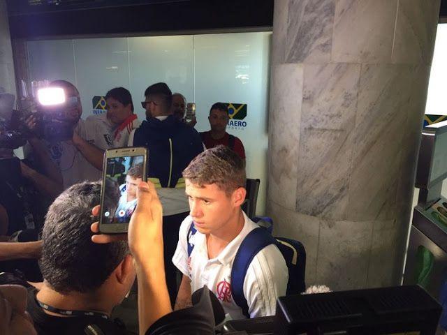 Em desembarque agitado Fla chega ao Rio com protestos contra Temer
