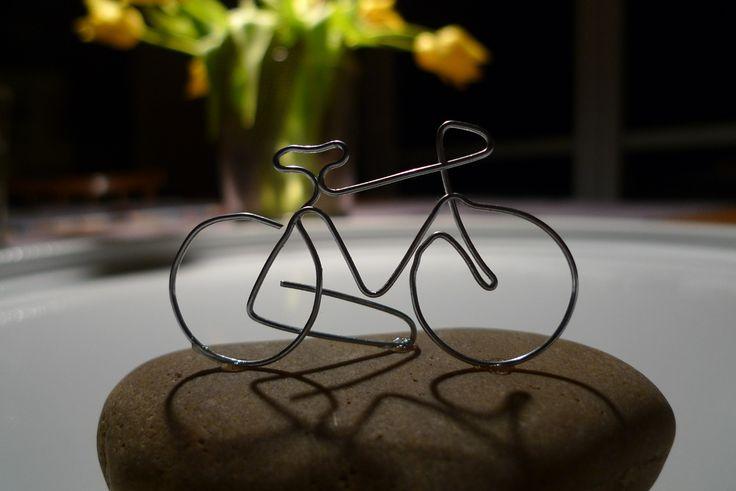 Eine Einladung zueinem runden Geburtstag, mit dem Geschenkwunsch 'Bares für ein neues Rennrad', brachte mich auf die Idee, ein Rad aus Draht zu biegen. Mit den Seitenschneider schnitt ich ein Stück Silberdraht (1 mm) von der Rolle ab und begannmit derBiegeaktion. Die ersten beiden Versuche misslangen, da ich das Drahtstück …