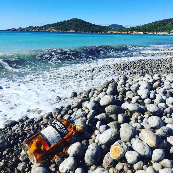 Aunque estamos en invierno !! Hoy hace calor  así que ron y playa  <><><><><><<><><><>#ibiza #rum #blackbarrelrum #mountgayrum #rhum #mountgay #1703 #barbados #island #ron #bartender #tu #localinda #blogger #ibizastyle #winterrunner #tropicalrumfest #tiki #cocktails #cocofer #bartenderforlife #remycointreau