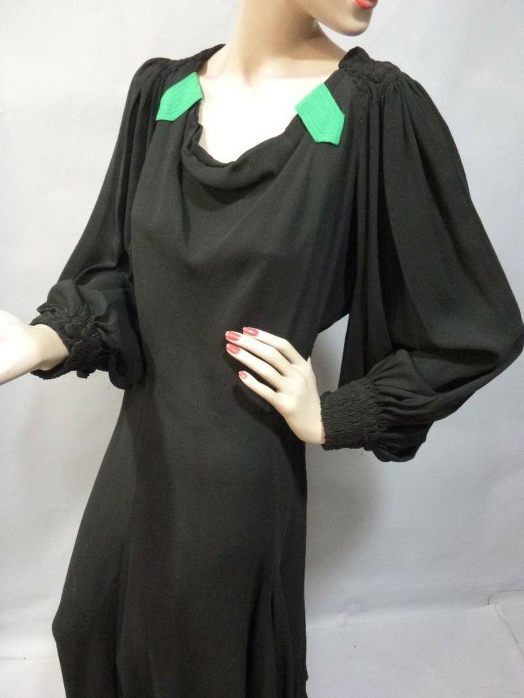 Robe du soir, attribuée à Jeanne LANVIN, vers 1938. Crêpe de soie noir, manches longues blousantes serrées au poignets, décolleté orné de pa...