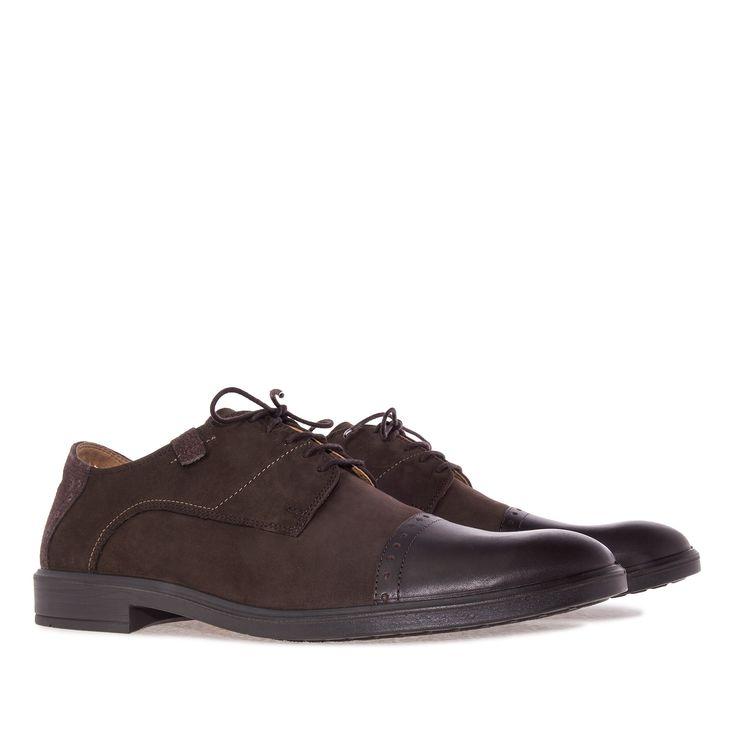 Zapato estilo Inglés en Nubuck Marron. Detalle de Punta en Cuero y talonera en…