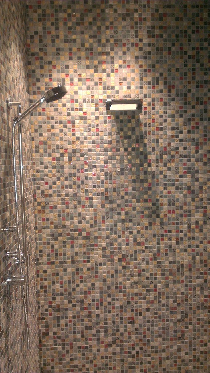 Doucheruimte in mozaiek te Rijssen, de kranen zijn van Dornbracht.