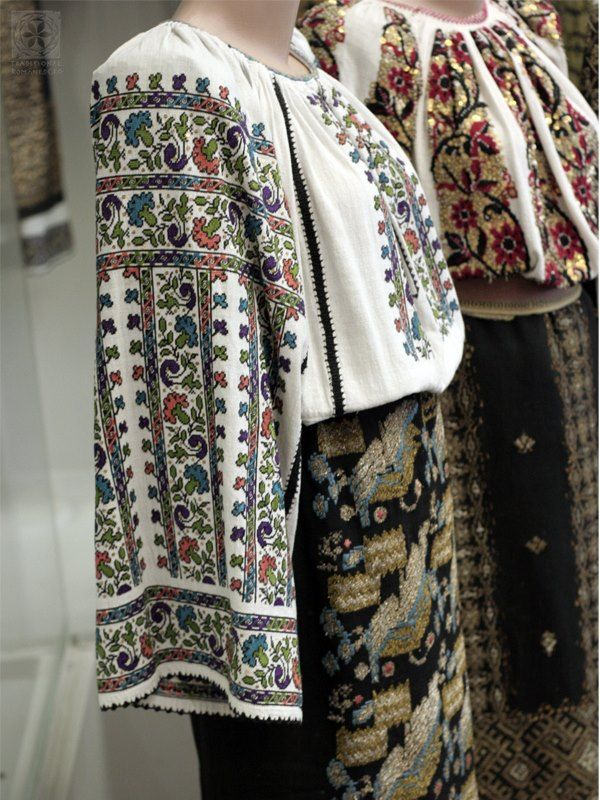 Marghiolita Constantinescu Rogojan, plastic artist and teacher in the Muscel area, donated 250 traditional costume pieces to the Romanian State, which today are part of the collection of the Romanian Traditional Costume Museum in the Palace of Parliament in Bucharest. She received the Order of the Star of Romania in 2004 #Romania #RomanianBlouse