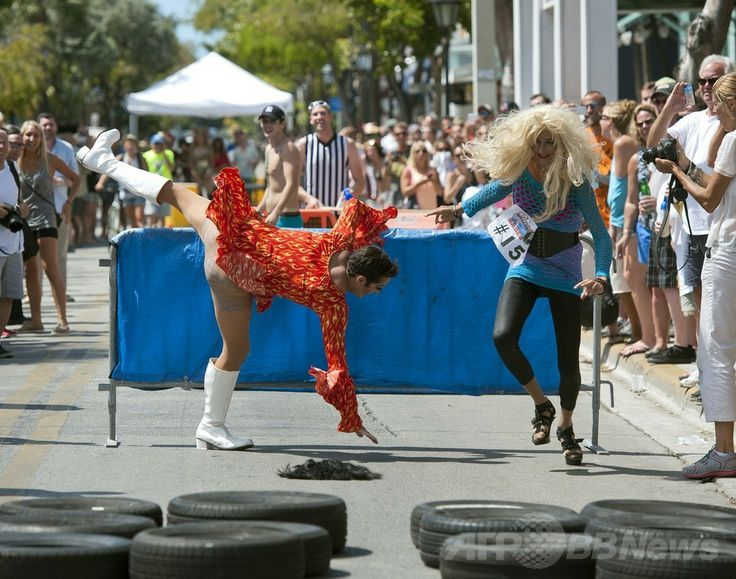 米フロリダ(Florida)州キーウェスト(Key West)のデュバル通り(Duval Street)で行われた「ドラァグ・レース(Drag Race)」の出場者ら(2014年4月19日撮影)。(c)AFP/Florida Keys News Bureau/Rob O'NEAL ▼20Apr2014AFP 米フロリダ州でドラァグ・レース、「共和国」の独立を記念 http://www.afpbb.com/articles/-/3013064