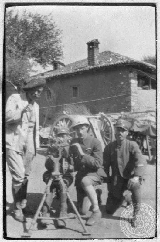 Α΄ Παγκόσμιος Πόλεμος. Σεπτέμβριος 1917 Μέτωπο Μακεδονίας. Αγροτικές εργασίες. Βελούζινα, Μακεδονία Ο Στράτης Μυριβήλης με τον αδελφό του Κίμωνα Σταματόπουλο στο μέτωπο της Μακεδονίας.
