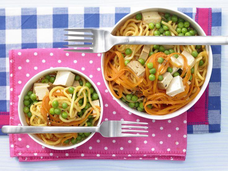 Gesund essen in nur wenigen Minuten: Möhren-Nudeltopf mit Erbsen und Rächertofu smarter - Kalorien: 534 Kcal - Zeit: 20 Min. | http://eatsmarter.de/rezepte/moehren-nudeltopf-erbsen