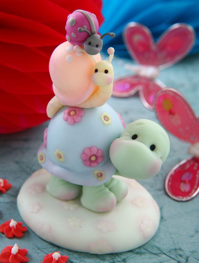 Descubra como pode criar este conjunto adorável com uma tartaruga e dois caracóis em pasta de açúcar.