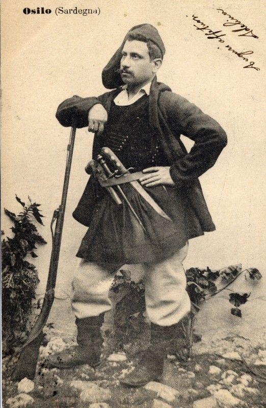 Uomo di Osilo posa con il costume tradizionale