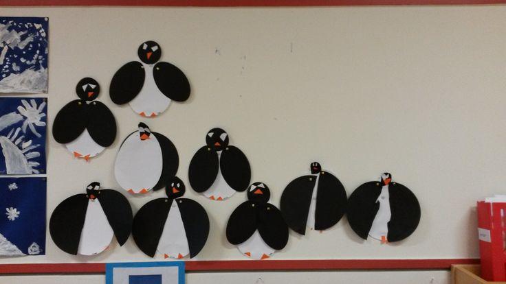 Winters werkje voor groep 1/2. Pinguin maken met cirkels en splitpennen. Groep 1 kreeg twee ovalen voor de vleugels, groep 2 knipte een cirkel door midden.