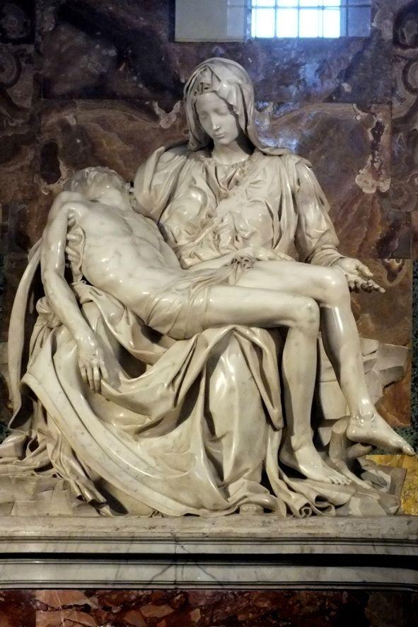 Ватикан. Собор святого Петра. «Оплакивание Христа». Выдающаяся Пьета созданная из мрамора 24-летним Микеланджело Буонарроти.