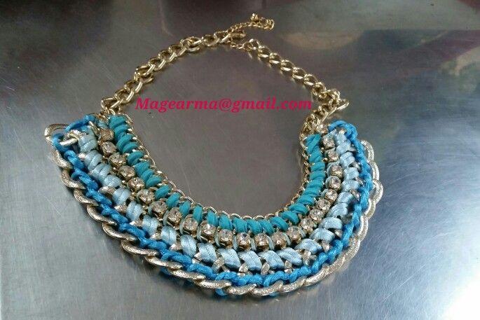 Collar de cadenas en tonos azules