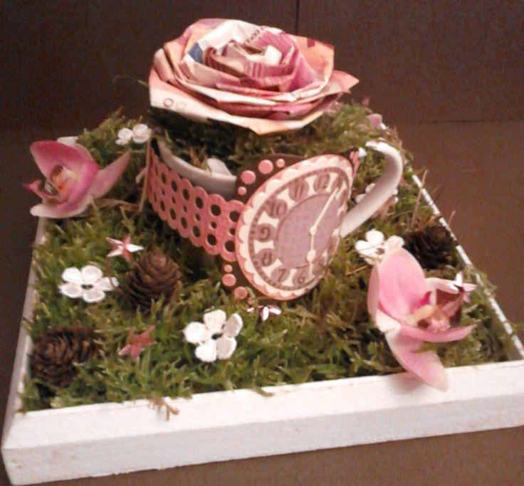 geldcadeau gemaakt, een roos van € 10,-- biljetten en een horloge van papier (cadeau sara / 50ste verjaardag)