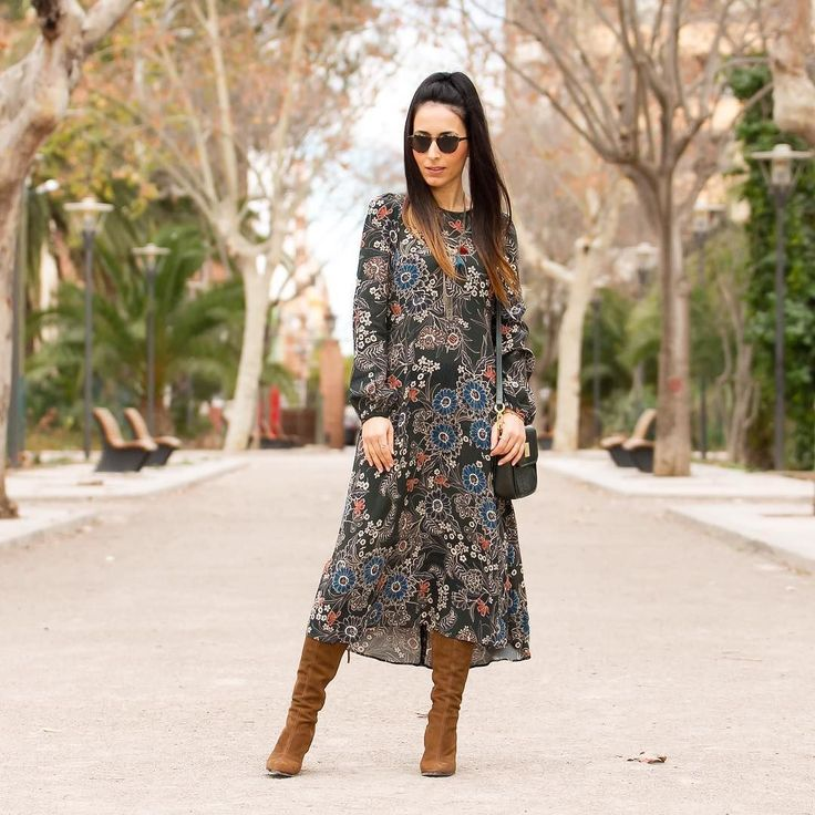 Un vestido de flores siempre es un acierto para un look #boho chic Buenísimas noches  Good night igers!  A pretty floral dress always works in a boho chic outfit. You have all the details and info on  www.withorwithoutshoes.com  #zara#girl#zaradaily#hippie#flowerpower#folk#styleboho#bohochic#dress#bohemian