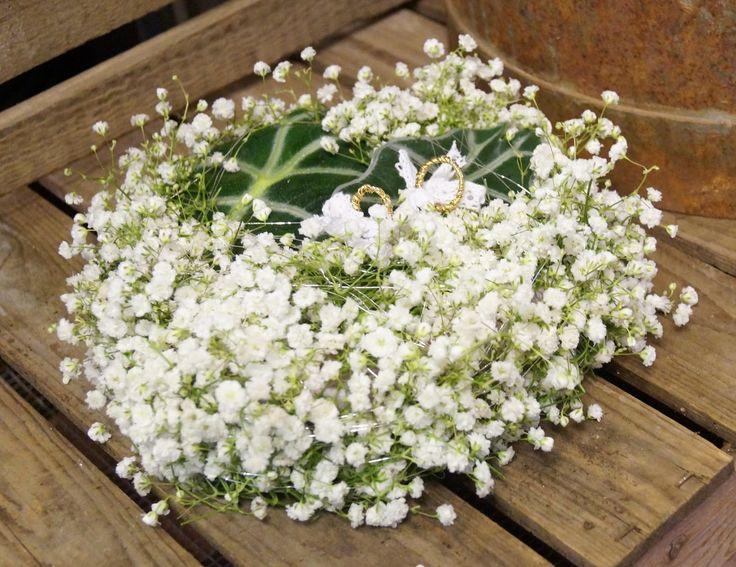 Kreativ Fryd Blomsterbinderi, brudepute til ringer med gypsophila/brudeslør