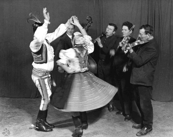 Do šafľika. Folklórna skupina z Raslavíc. Vedecký archív ÚEt SAV, foto T. Szabó 1972.