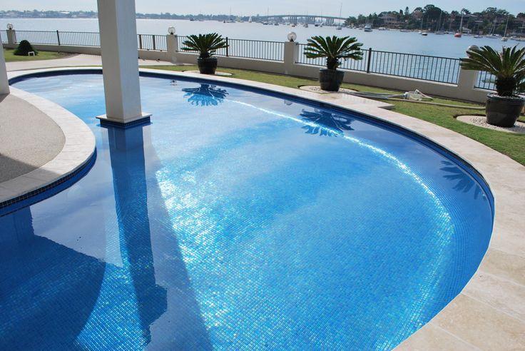 Med mosaiken Niebla kan du sätta en lyxig och personlig touch på poolen!