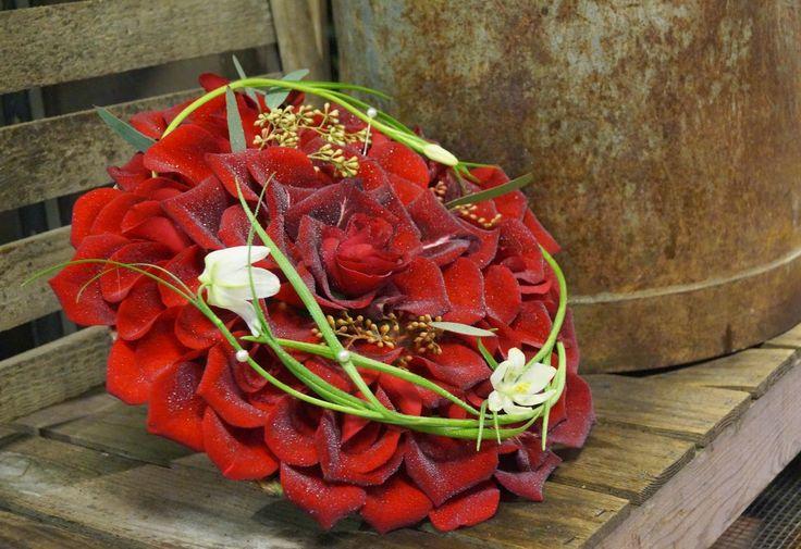 Kreativ Fryd Blomsterbinderi. Brudearbeid Holmestrand. Bryllup. Rød rose.