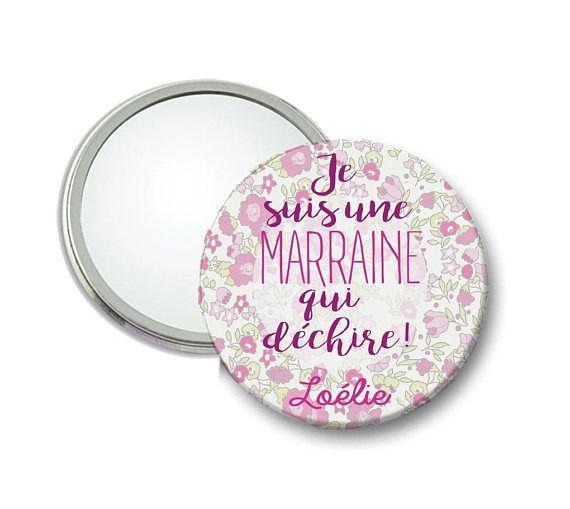 Voici un miroir pour une marraine qui déchire à offrir le jour du baptême ou comme petit cadeau pour lui annoncer quelle va être marraine. Imprimé fleuri avec inscription Je suis une marraine qui déchire. Ce miroir est personnalisable au prénom de votre choix. Dimensions : 56 mm de