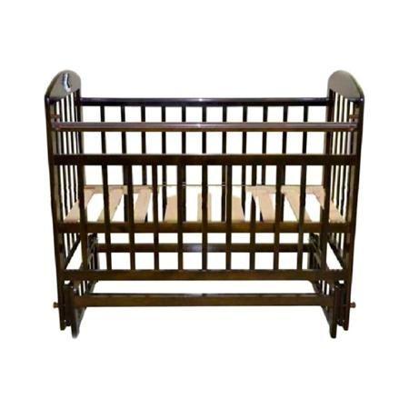 Кроватка Briciola 9 темная  — 5920р. --------------------------- Изделие выполнено из натуральных, гипоаллергенных и экологически чистых материалов, а именно массива березы. Уровень ложа регулируется в двух положениях – для удобства доступа к малышу. Боковая стенка легко снимается, таким образом, кроватка легко трансформируется в маленький диванчик. Боковая планка регулируется по высоте при помощи специального бокового устройства. Имеются специальные накладки ПВХ. Раскачивание кроватки…