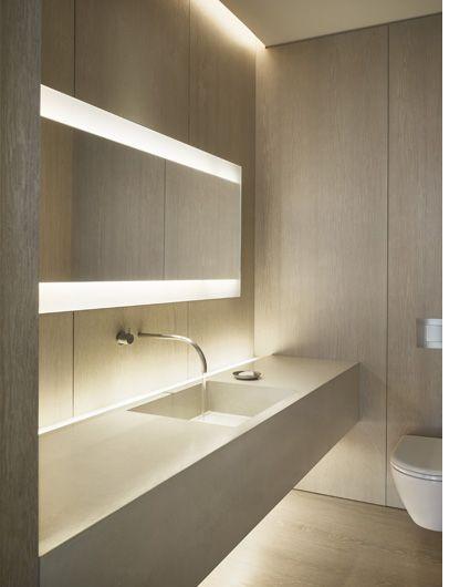 FORMAS MARCADAMENTE LINEALES: 1---Lavabo acabado microcemento, sin resaltes  2---Espejo apaisado largo, separado de pared, con doble iluminación frontal horizontal  3---fosedo de techo con iluminacion  4---mueble de lavabo suspendido  5---inodoro suspendido