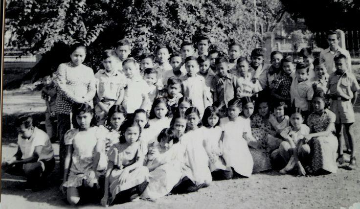 Murid kls 6 SRD Banjarsari Bdg. di halaman depan.1954.