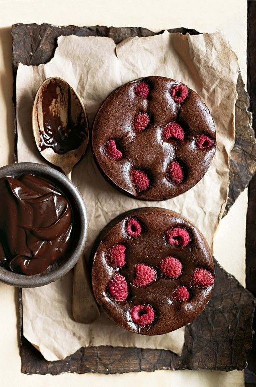 Brownie Tartlets with dark chocolate and raspberries from Donna Hay  Culy.nl - Brownietaartjes met pure chocola en frambozen van Donna Hay -