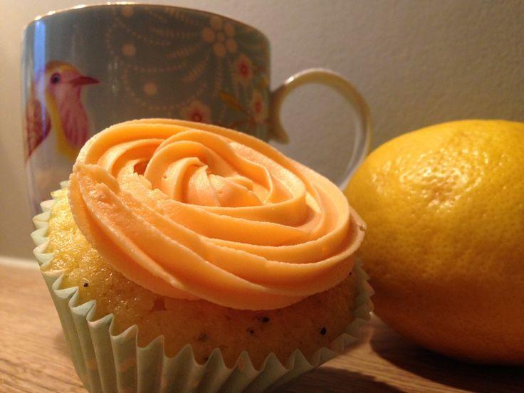 En luftig og saftig muffins med deilig smak av sitron og ristede valmuefrø med en deilig smørkrem på toppen. Nammis!