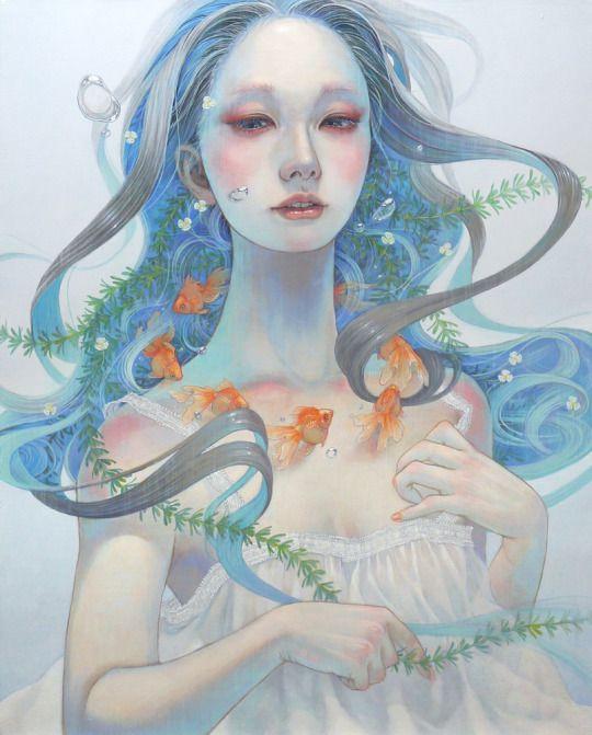 een 'japanese oil painting' uit de serie schilderijen genaamt The Beauties of Nature gemaakt door Miho Hirano in 2015. Je ziet een vrouw waar van het lijkt dat haar haar water is of dat ze zelf onder water is. in haar haar zit zeewier en er zwemmen vissen rond haar nek. Er word hier veel meer gebruik gemaakt van de kleuren  blauw, groen en oranje, maar de kleur roze komt  ook weer terug. Connectie: niet- westerse kunstenaar. Stroming: kenmerken van Jungendstil.
