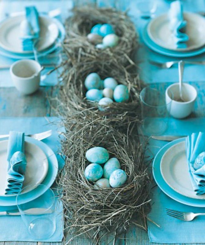 Blauw gedekte tafel tijdens pasen   Meer ideeën voor gedekte tafels: http://www.jouwwoonidee.nl/feestelijke-tafel-dekken-met-eigen-accessoires/