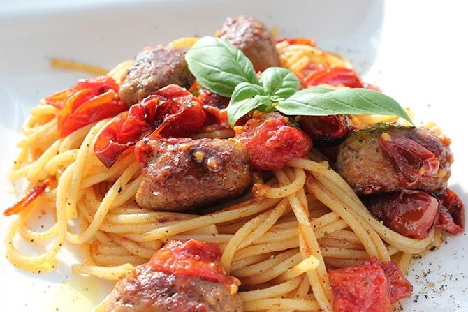 Lichte zomerse spaghetti met geroosterde tomaatjes