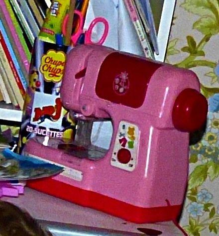 17 best images about machine a coudre pour enfant on pinterest for Machine a coudre jouet