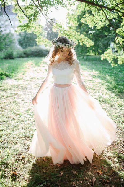 Купить или заказать Свадебное платье в стиле 'Рустик' в интернет-магазине на Ярмарке Мастеров. Цена указана ориентировочная с учетом тканей. Может меняться в большую или меньшую сторону в зависимости от выбранных материалов. Нежное свадебное платье было изготовлено индивидуально для прекрасной Ольги! Бескорсетное свадебное платье выполнено из нежнейшего кружева, атласа и еврофатина. Свадебное платье классического силуэта. Бескорсетный лиф перекрыт нежным кружевом.