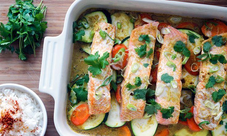 Ovnsbakt laks med grønnsaker i currysaus er genialt for deg som elsker laks, mens om er litt lei av smaken. Retten er veldig enkel å lage!