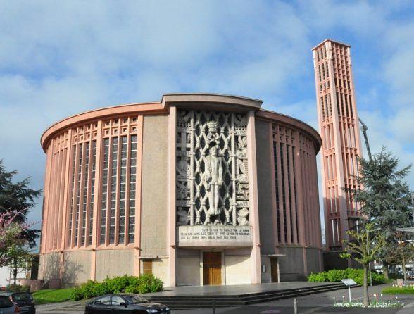 L'église Saint–Pierre d'Ÿvetot est une rotonde construite de 1951 à 1956