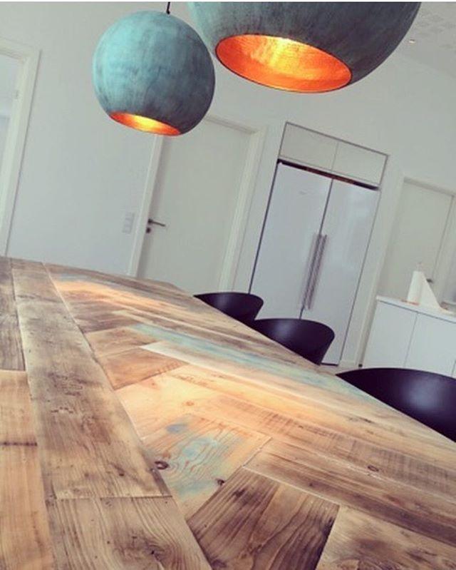 Kæmpe FISHBONE bord med to smukke kobberlamper over ✌️ Bord 300x100 med jernstel 21.500,- Lamper ø45cm 4.000,-